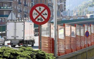 Paneles acústicos para evitar la propagación del ruido en una autopista de Bilbao.MITXI