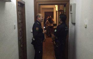 Dos policías intervienen en una fiesta en un piso en Granada. :: hoy
