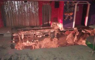 El suelo se ha hundido por completo en una zona de la discoteca (Bomberos De Tenerife / EFE)