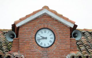 Detalle de los altavoces del reloj del Ayuntamiebnto de Cogeces de Íscar. / FRAN JIMÉNEZ :: elnortedecastilla.es