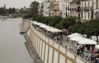Veladores en la calle Betis JUAN FLORES :: sevilla.abc.es