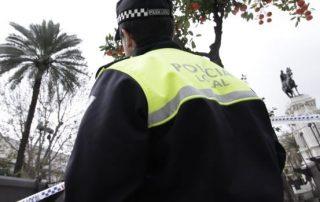 Un policía local en la Plaza Nueva - Juan Flores :: sevilla.abc.es